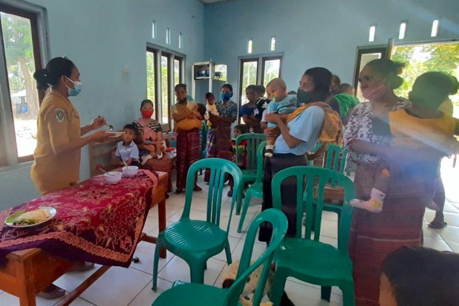 Foto Josefa Rosela, fasiliator PMBA, bersama ibu dan pengasuh.