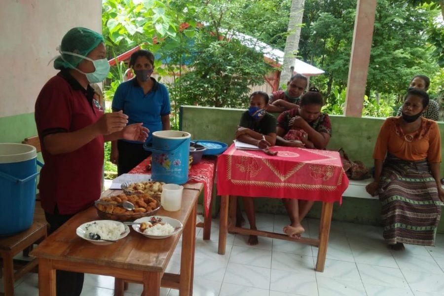 Fasilitas PMBA Puskemas menjelaskan contoh isi piring ibu hamil dan MPASI