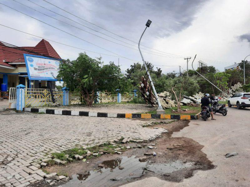 Situasi Salah Satu Gedung Pemerintahan Jalan Kota Kupang Pasca Badai Siklon Tropis di NTT, Senin 5 April 2021 (Save the Children)